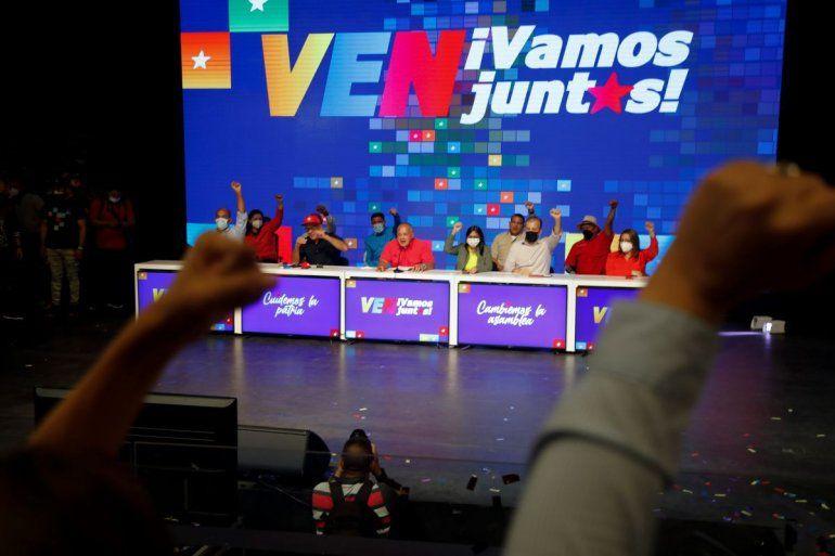 Candidatos del Partido Socialista Unido de Venezuela (PSUV) y la alianza Gran Polo Patriótico levantan los brazos con simpatizantes mientras celebran la victoria en las elecciones parlamentarias en Caracas