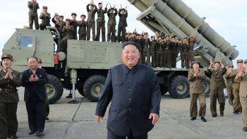 El líder norcoreano Kim Jong Un tras la prueba de una plataforma lanza-misiles en una ubicación desconocida de Corea del Norte, el 24 de agosto del 2019