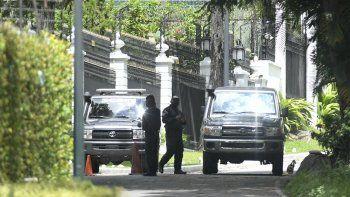 Miembros de la policía de inteligencia del SEBIN custodian los perímetros de la residencia del embajador español donde el líder opositor Leopoldo López había sido invitado luego de participar en un fallido levantamiento militar, en Caracas, Venezuela. Foto del 24 de octubre de 2020.