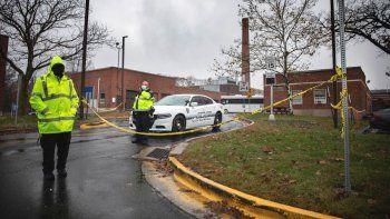 Un policía monta guardia a la entrada a una zona de mantenimiento de un hospital para Veteranos de Guerra después de una explosión, el viernes 13 de noviembre de 2020 en West Haven, Connecticut.