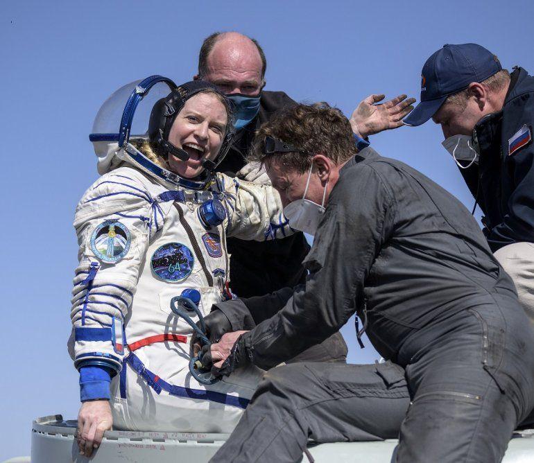 La astronauta de la NASA Kate Rubins recibe ayuda para salir de una cápsula soyuz MS-17 minutos después de aterrizar