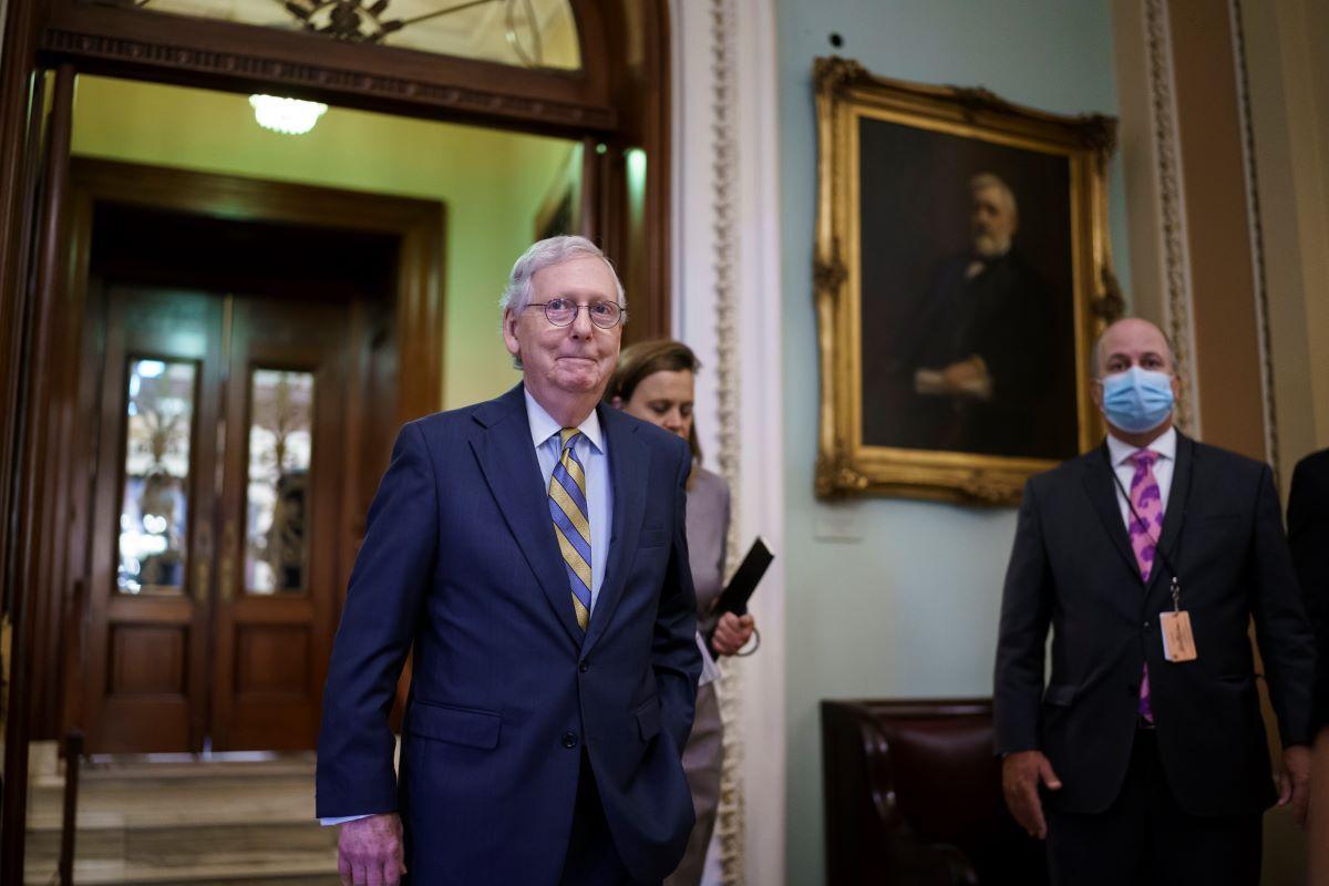 El líder de la minoría en el Senado, Mitch McConnell, abandona el recinto del Senado en el Capitolio, en Washington, el miércoles 6 de octubre de 2021.