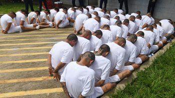 Fotografia del 9 de agosto de 2017. Integrantes de la Mara Salvatrucha MS-13 y Barrio 18, en espera de ingreso a una cárcel de máxima seguridad enZacatecoluca, a 65 kilómetros al oeste de San Salvador, El Salvador.