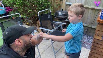 El deseo de cumpleaños de este niño de cinco años es que el brazo amputado de este hombre vuelva a crecer. MADRID, 24 jun. (EDIZIONES) Uno de los reencuentros más emotivos tras el confinamiento por el coronavirus se produjo el pasado 9 de junio, cuando Freddie Powell, un niño de cinco años, volvió a encontrarse con el amigo de su padre, Stephen Kennedy, quien perdió su brazo izquierdo en el descarrilamiento del tranvía Croydon en el año 2016