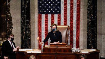 La presidenta de la Cámara de Representantes Nancy Pelosi señala el final de la votación de juicio político contra el presidente Donald Trump, el miércoles 13 de enero de 2021, en Washington.