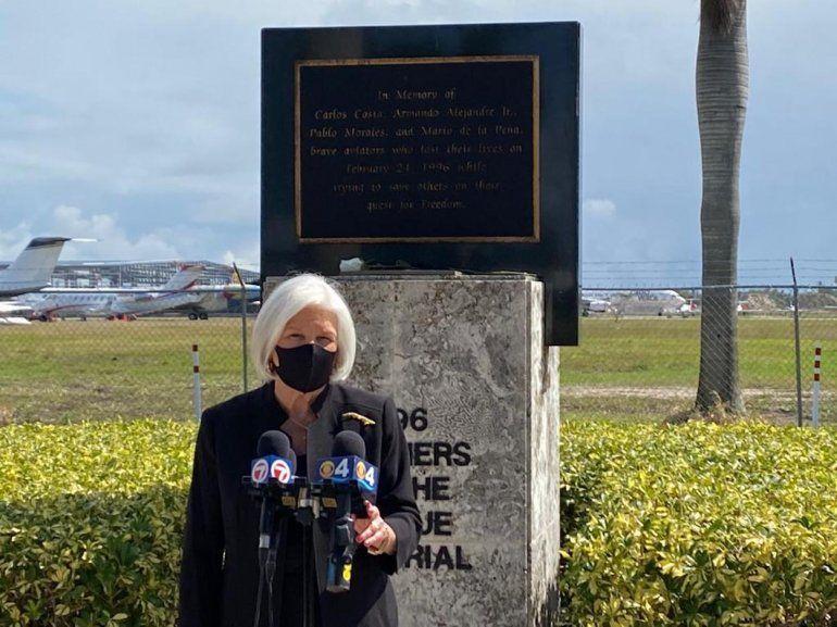 Sylvia Iriondo ofrece declaraciones durante un homenaje a los cuatro miembros de la organización Hermanos al Rescate