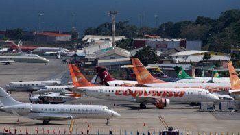 Aviones comerciales de diferentes aerolíneas y jets privados se posan en la pista del Aeropuerto Internacional Simón Bolívar, en Maiquetía, Estado Vargas, Venezuela, el 15 de diciembre de 2020. Los trabajadores aéreos en Venezuela enfrentan una crisis de desempleo debido al nuevo coronavirus, COVID-19 , pandemia.