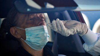 Un biólogo recoge una muestra de una mujer en una unidad de detección COVID-19, en el estacionamiento del hospital de Laval, en Laval, oeste de Francia, el 9 de julio de 2020, 2020, mientras Francia alivia las medidas de bloqueo tomadas para frenar la propagación de la enfermedad. COVID-19 causado por el nuevo coronavirus.