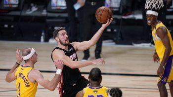 Goran Dragic (7) de Miami Heat conduce a la canasta contra Los Angeles Lakers durante la primera mitad del Juego 1 de las Finales de la NBA de baloncesto el miércoles 30 de septiembre de 2020 en Lake Buena Vista, Florida