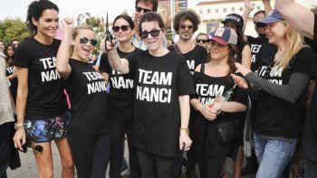 En esta foto del 18 de octubre de 2015, la publicista de celebridades Nanci Ryder, en el centro, con las actrices Angie Harmon, izquierda, Reese Witherspoon, Courteney Cox y Renee Zellweger, derecha, en la caminata ALS en Los Ángeles.