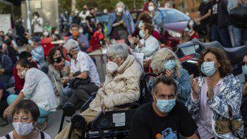 Protesta de personas en el vecindario Vallecas debido a las restricciones por el coronavirus impuestas por las autoridades de salud solo en algunas partes de Madrid, España, el jueves 24 de septiembre de 2020.