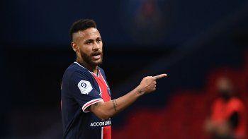 El brasileño Neymar sale del campo durante el partido del Paris Saint-Germain (PSG)y el Marsella (OM)en el estadium Parc de Princes, en París, el 13 de septiembre de 2020.
