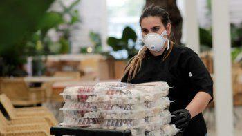 La chef Liset Garcell preparándose para entregar comidas gratis a los afectados por la pandemia del coronavirus en el restaurante Red Rooster de Marcus Samuelsson, en el barrio de Overtown de Miami.