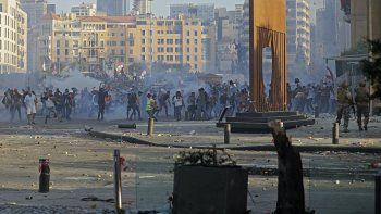 Manifestantesen el Líbano chocan con las fuerzas de seguridad en el centro de Beirut el 8 de agosto de 2020, luego de una manifestación contra un liderazgo político al que culpan por una explosión monstruosa que mató a más de 150 personas y desfiguró la capital Beirut.