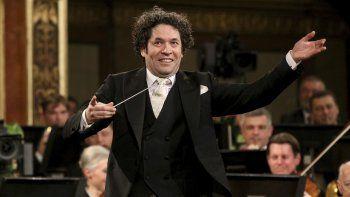 En esta fotografía del primero de enero de 2017 el director de orquesta venezolano Gustavo Dudamel dirige a la Orquesta Filarmónica de Viena durante el tradicional concierto de Año Nuevo en el Salón Dorado del Musikverein en Vienna, Austria.