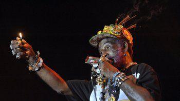 En esta foto de archivo tomada el 17 de agosto de 2008, el músico jamaicano de 72 años Lee Scratch Perry y su banda de reggae actúan en el escenario mundial en la isla Hajogyar (Astillero) en Budapest el último día del festival Sziget de una semana de duración en Budapest.