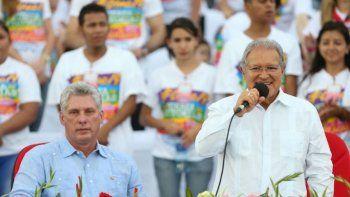 El expresidente de El Salvador, Salvador Sánchez Cerén, habla en un evento partidario del FSLN durante una visita a Nicaragua. Sentado a la izquierda, el designado gobernante cubano Miguel Díaz-Canel.