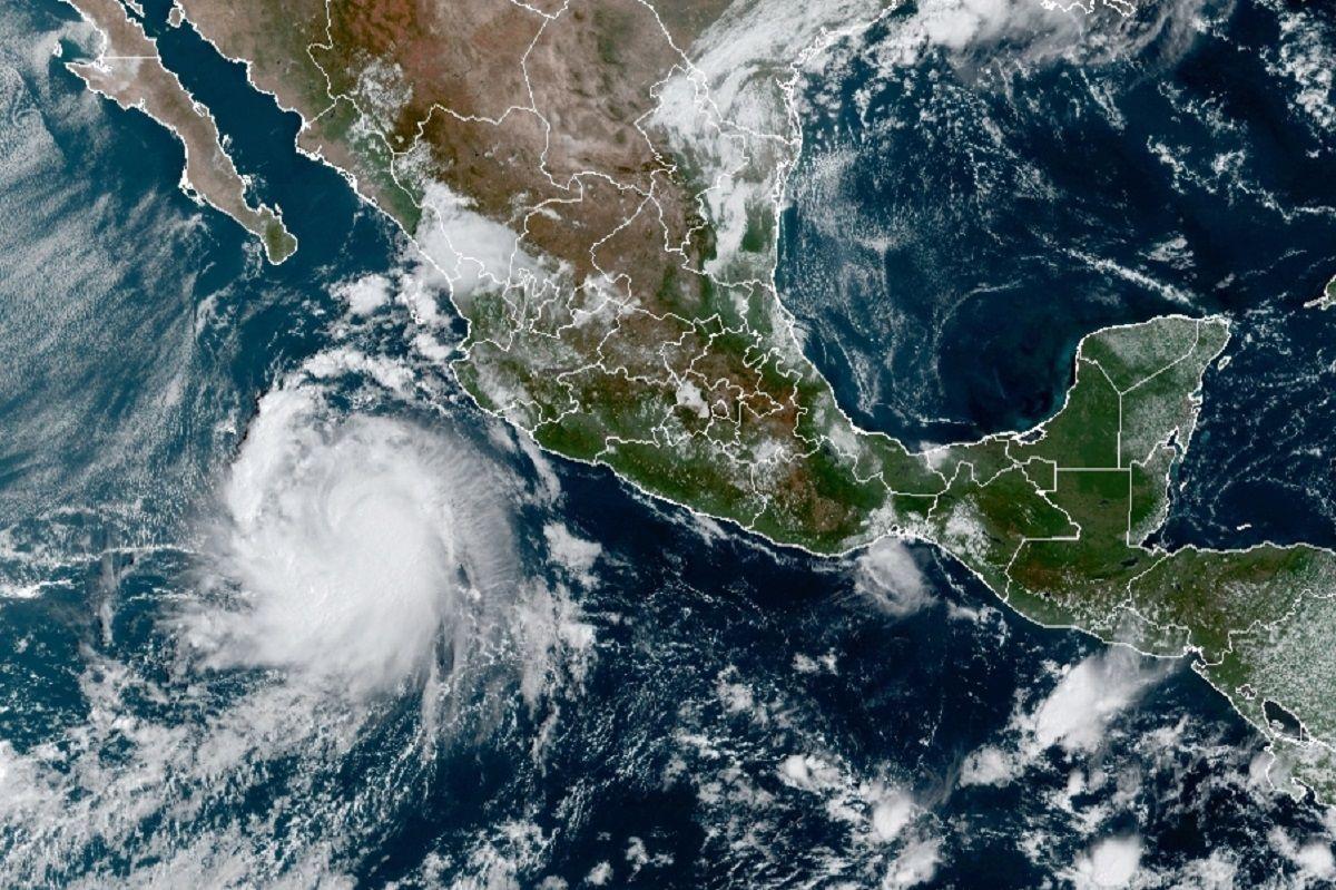 Esta imagen satelital, proporcionada por la Oficina Nacional de Administración Oceánica y Atmosférica de Estados Unidos (NOAA, por sus siglas en inglés), muestra a la tormenta tropical Pamela la mañana del lunes 11 de octubre de 2021, en el Pacífico mexicano.