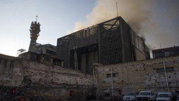 El humo de un incendio sale de la subestación eléctrica de la sede del Metro de la Ciudad de México en el centro histórico de la capital mexicana el 9 de enero de 2021.