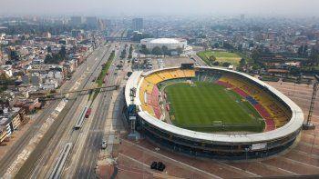 Esta foto de archivo del viernes 20 de marzo de 2020, muestra el estadio Nemesio Camacho de Bogotá en una zona que habitualmente presenta intenso tránsito pero que lucía vacía en medio de restricciones por la pandemia de coronavirus