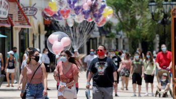 En imagen de archivo del 16 de junio de 2020, visitantes usan mascarillas de forma obligatoria a causa del coronavirus durante un recorrido por el complejo de tiendas, restaurantes y centros de entretenimiento Disney Springs en Lake Buena Vista, Florida.