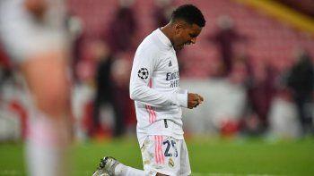 El delantero brasileño del Real Madrid Rodrygo reacciona con el pitido final durante el partido de vuelta de los cuartos de final de la Liga de Campeones de la UEFA entre el Liverpool y el Real Madrid