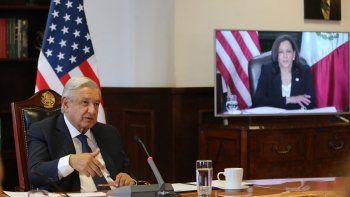 Foto del folleto publicado por la Presidencia mexicana que muestra al presidente Andrés Manuel López Obrador (izq.) Durante su reunión virtual con la vicepresidenta estadounidense Kamala Harris en el Palacio Nacional de la Ciudad de México el 7 de mayo de 2021.