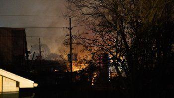 Se alzan llamas luego de una tremenda explosión que remeció el oeste de Houston, viernes 24 de enero de 2020. La explosión en un depósito se escuchó a kilómetros y causó dos muertes.