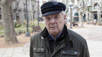 En esta foto de archivo tomada el 5 de agosto de 2010, el periodista y escritor español Javier Reverte posa en Montevideo. Reverte falleció en España el 31 de octubre de 2020 a la edad de 76 años.