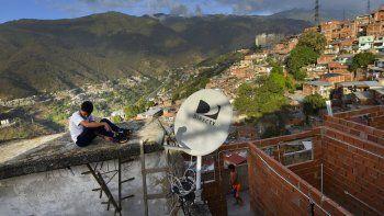Antenas de DirectTV en una casa en el vecindario Catia, en Caracas, Venezuela, el 9 de enero de 2020. El Tribunal Supremo de Venezuela ordenó el viern3s 22 de mayo de 2020 la la toma inmediata de todos los inmuebles y activos de la empresa de televisión por suscripción DirecTV, tres días después de que la compañía cesó sus operaciones en la nación sudamericana.