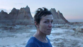 En esta imagen difundida por Searchlight Pictures, la actriz Frances McDormand en una escena de la película Nomadland, de Chloe Zhao. El film se estrenaráen los grandesfestivalesde cine.