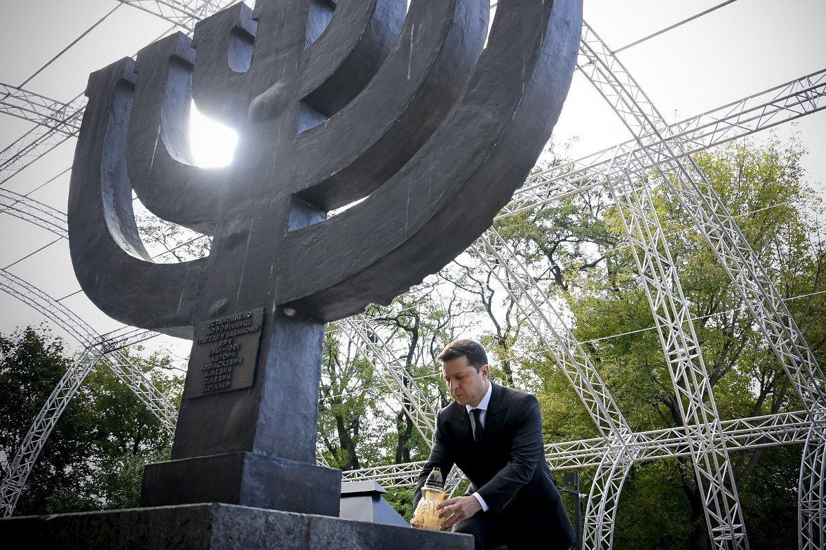 El presidente de Ucrania, Volodymyr Zelenskyy, durante una ceremonia en honor a las víctimas judías de las masacres nazis en Kiev, Ucrania, el 29 de septiembre de 2021.