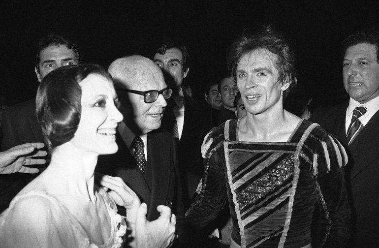 La estrella italiana del ballet Carla Fracci y Rudolf Nureyev son felicitados por el presidente italiano Sandro Pertini tras su interpretación de Giselle en la Ópera de Roma