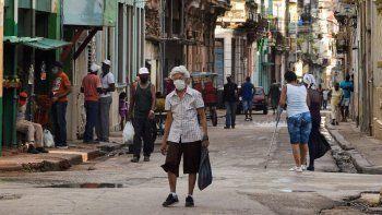 En medio de largas colas para conseguir comida y los efectos de la pandemia, los cubanos ven sin muchas esperanzas el cambio de dirección entre Raúl Castro y Miguel Díaz-Canel como primer secretario del Partido Comunista de Cuba.