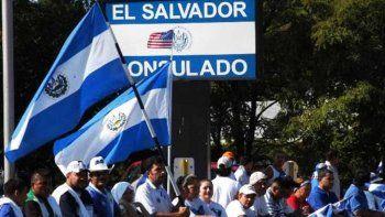 El último dato oficial de salvadoreños residiendo en EEUU asciende a los 2,8 millones, que en 2016 enviaron 4.576 millones de dólares en remesas, la cifra más alta en la historia del país centroamericano.