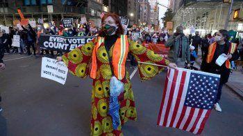 Personas marchan por la Quinta Avenida durante un mitin Count Every Vote, en Nueva York el 4 de noviembre de 2020. El 4 de noviembre, el aspirante presidencial demócrata Joe Biden se acercó al número mágico de 270 votos electorales necesarios para ganar la Casa Blanca con varios estados todavía en juego, mientras el presidente en funciones, Donald Trump, desafió el conteo de votos.
