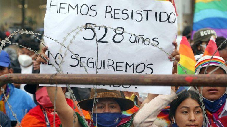Un partidario del candidato presidencial ecuatoriano Yaku Pérez sostiene una pancarta que dice Hemos resistido 528 años durante una manifestación frente al Consejo Nacional Electoral (CNE)