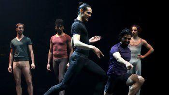 Edinson Cavani (C) hace movimientos de ballet bajo las instrucciones de los bailarines del instituto estatal uruguayo Sodre para una campaña que busca promover la danza entre varones