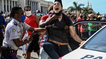 NOTICIA DE VENEZUELA  - Página 18 Agentes-del-regimen-cuba-arrestan-la-fuerza-uno-los-jovenes-manifestantes