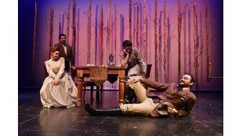 Bajo la dirección del dramaturgo cubano Nilo Cruz, ganador del Pulitzer, el elenco de Tío Vania ensaya para el estreno de la obra este jueves en el Miami-Dade County Auditorium. (ÁLVARO MATA)
