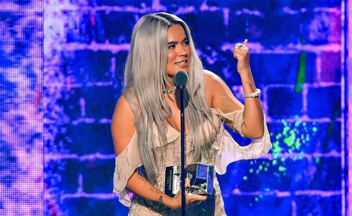 Karol G acepta el premio al Artista de la Juventud Femenina # 1 en el escenario de los Premios Juventud 2021 en el Watsco Center el 22 de julio de 2021 en Coral Gables, Florida.