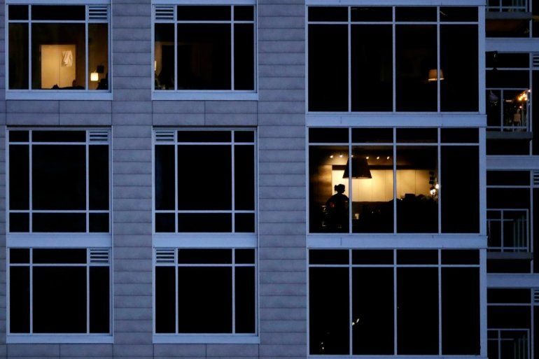 Una persona mira por la ventana de su casa en Kansas City el 3 de mayo del 2020. El confinamiento para evitar la propagación del coronavirus hace que mucha gente se sienta bajo prisión domiciliaria.