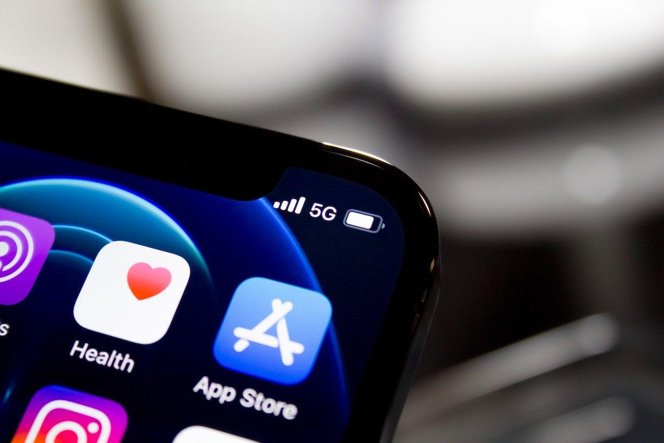 Imagen de un teléfono con el icono de la App Store.
