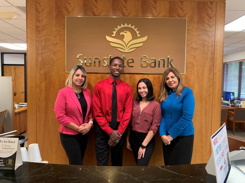 Yvonne Debesa, vicepresidenta de Sunstate Bank (der.), junto a la nueva generación de banqueros.