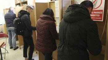 Ciudadanos irlandeses votan en una casilla electoral en Dublín, Irlanda, el sábado 8 de febrero de 2020. Los votantes irlandeses acudían el sábado a las urnas para elegir a su próximo primer ministro, en unos comicios en los que la frustración con la austeridad económica y la crisis de la vivienda han impulsado la incertidumbre política.