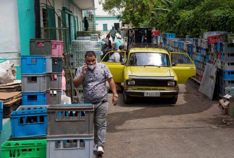 Los clientes ingresan a través de la parte posterior del mercado mayorista Mercabal para cargar su mercancía en La Habana