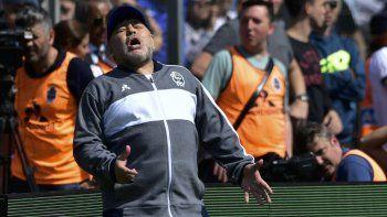 Diego Maradona, técnico de Gimnasia y Esgrima La Plata, se lamenta luego que su equipo pierde una oportunidad de gol, durante un partido ante Racing, el domingo 15 de septiembre de 2019