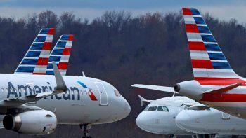 En esta foto del 31 de marzo del 2020, aviones de American Airlines están estacionados en el Aeropuerto Internacional de Pittsburgh. American Airlines comenzará a reservar vuelos a plena capacidad a partir del miércoles, 1 de julio. Eso contrasta marcadamente con sus rivales, incluyendo Delta, que limitan las reservaciones para crear espacio entre los pasajeros.