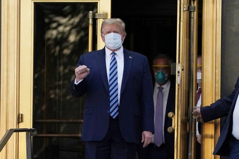 El presidente Donald Trump sale del Centro Médico Militar Nacional Walter Reed para regresar a la Casa Blanca después de recibir tratamientos para el COVID-19