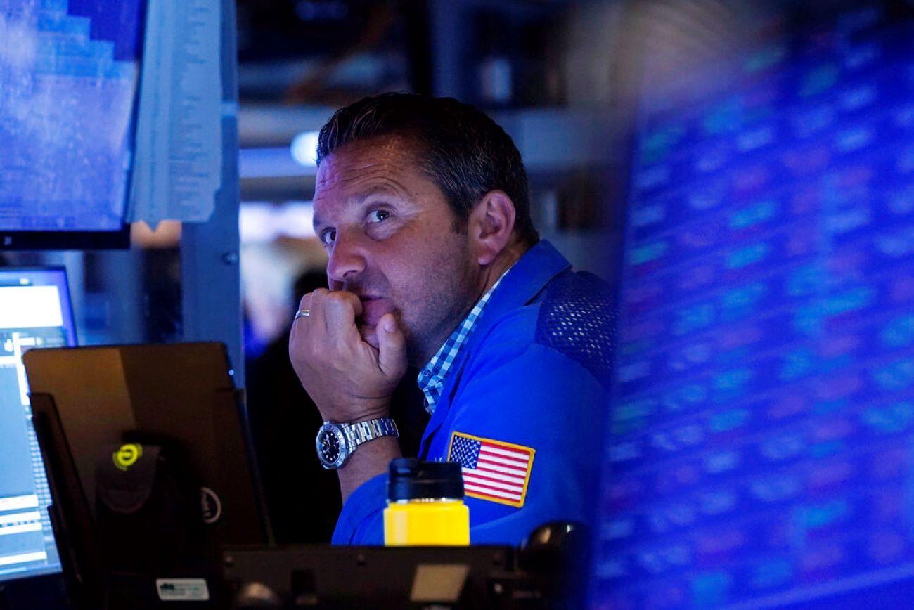 Un agente de la Bolsa de Nueva York este martes, durante la estrepitosa caída.